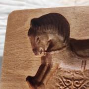 Фото пряничной формы в виде лошадки у головы