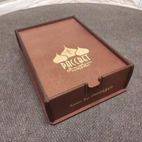 Подарочный футляр из березовой фанеры коричневый с красным оттенком