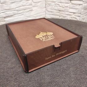 Подарочный футляр из фанеры коричневый с красным оттенком