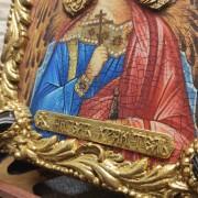Фотография иконы Ангела Хранителя с камнями центральный вид надписи