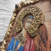 Фотография иконы Ангела Хранителя с камнями сбоку вид венца