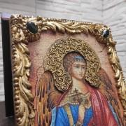 Фотография иконы Ангела Хранителя с камнями вид сбоку
