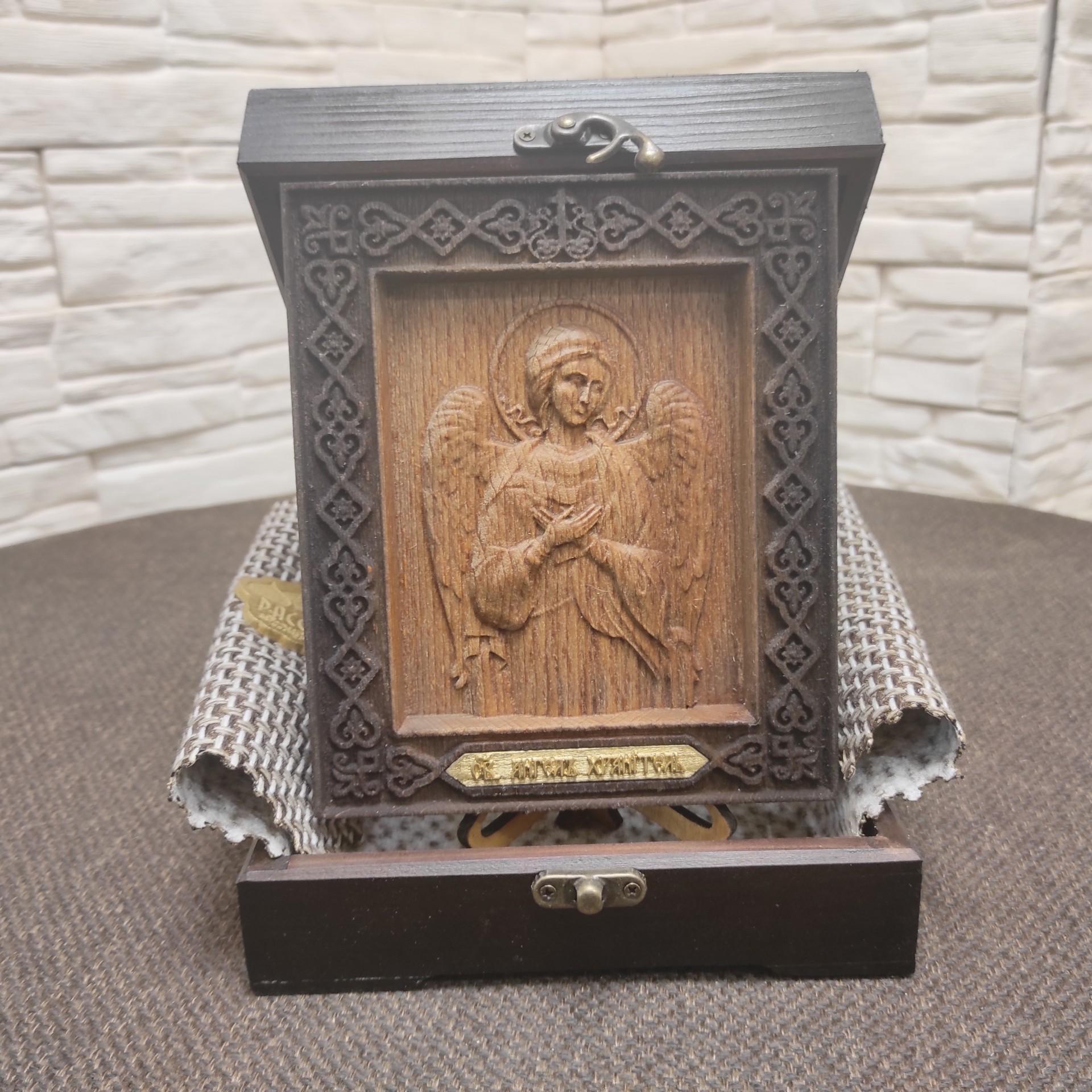 Фото иконы Ангела Хранителя из бука в футляре
