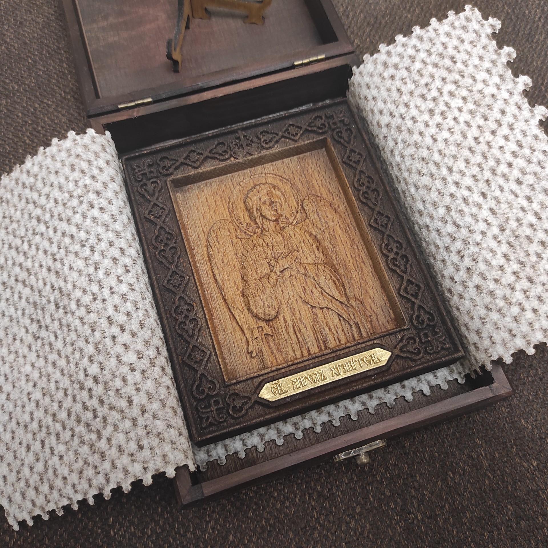 Фото иконы Ангела Хранителя из бука уложенная в коробку и в покров