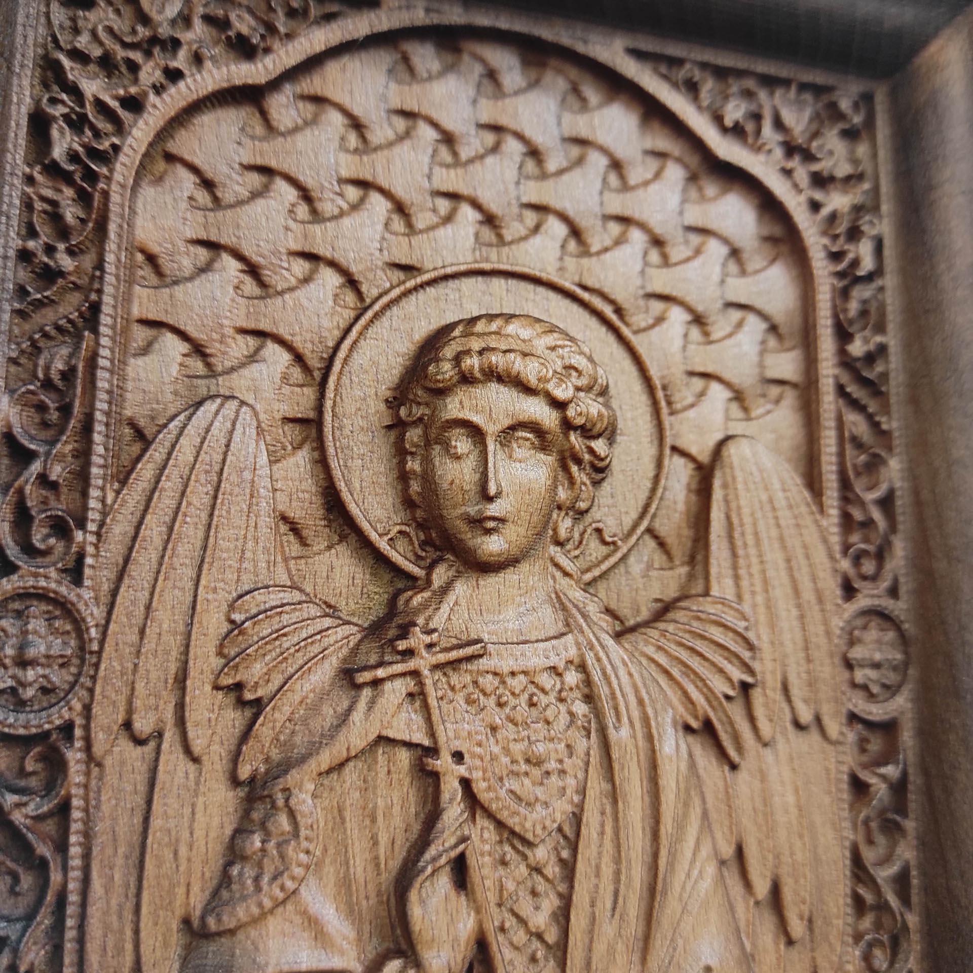 Фото лика резной иконы святого Ангела Хранителя