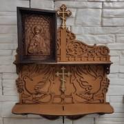 Изображение на полочке маленькой резной иконы святого Ангела Хранителя
