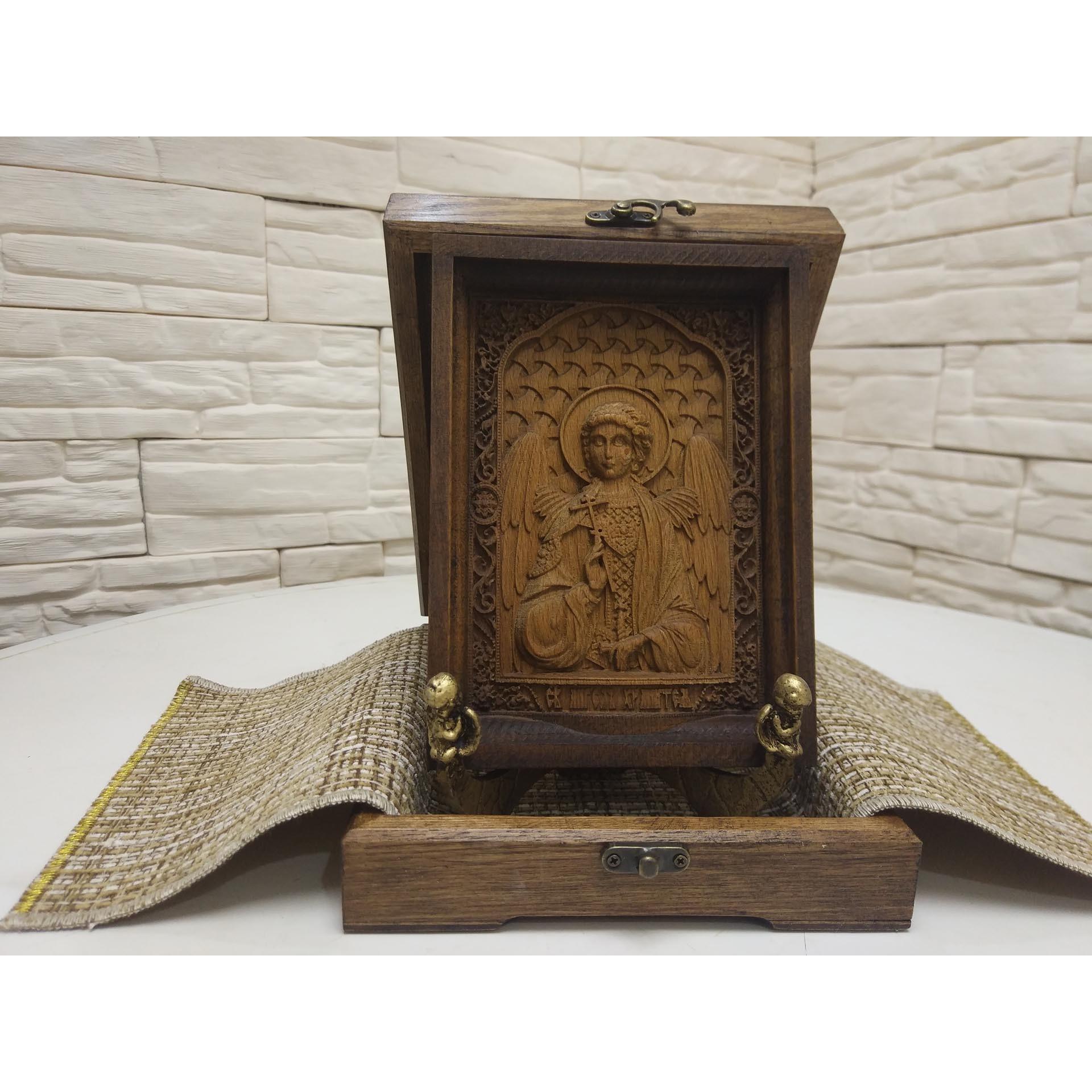 Фото в футляре маленькой резной иконы святого Ангела Хранителя