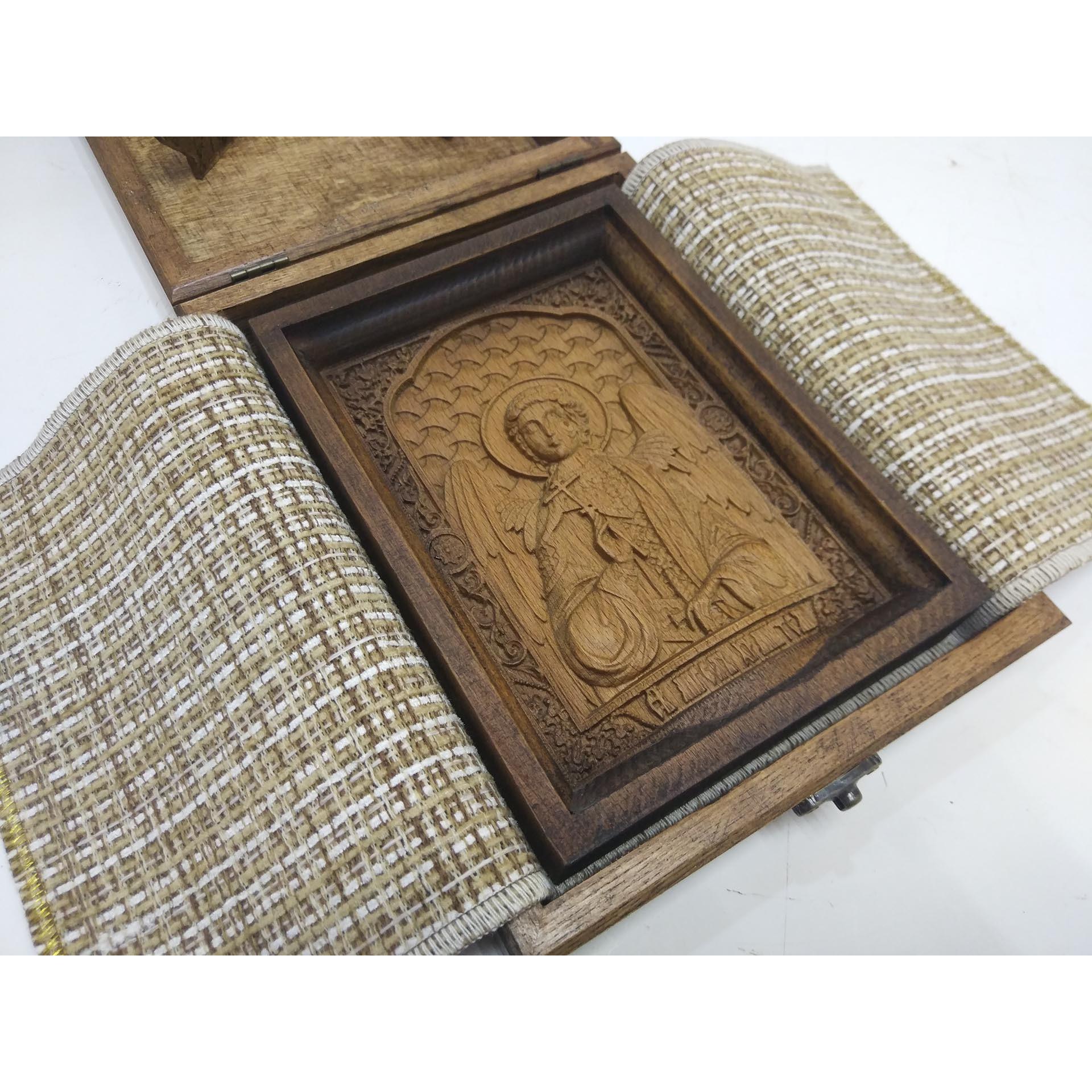 Фото на покрове маленькой резной иконы святого Ангела Хранителя