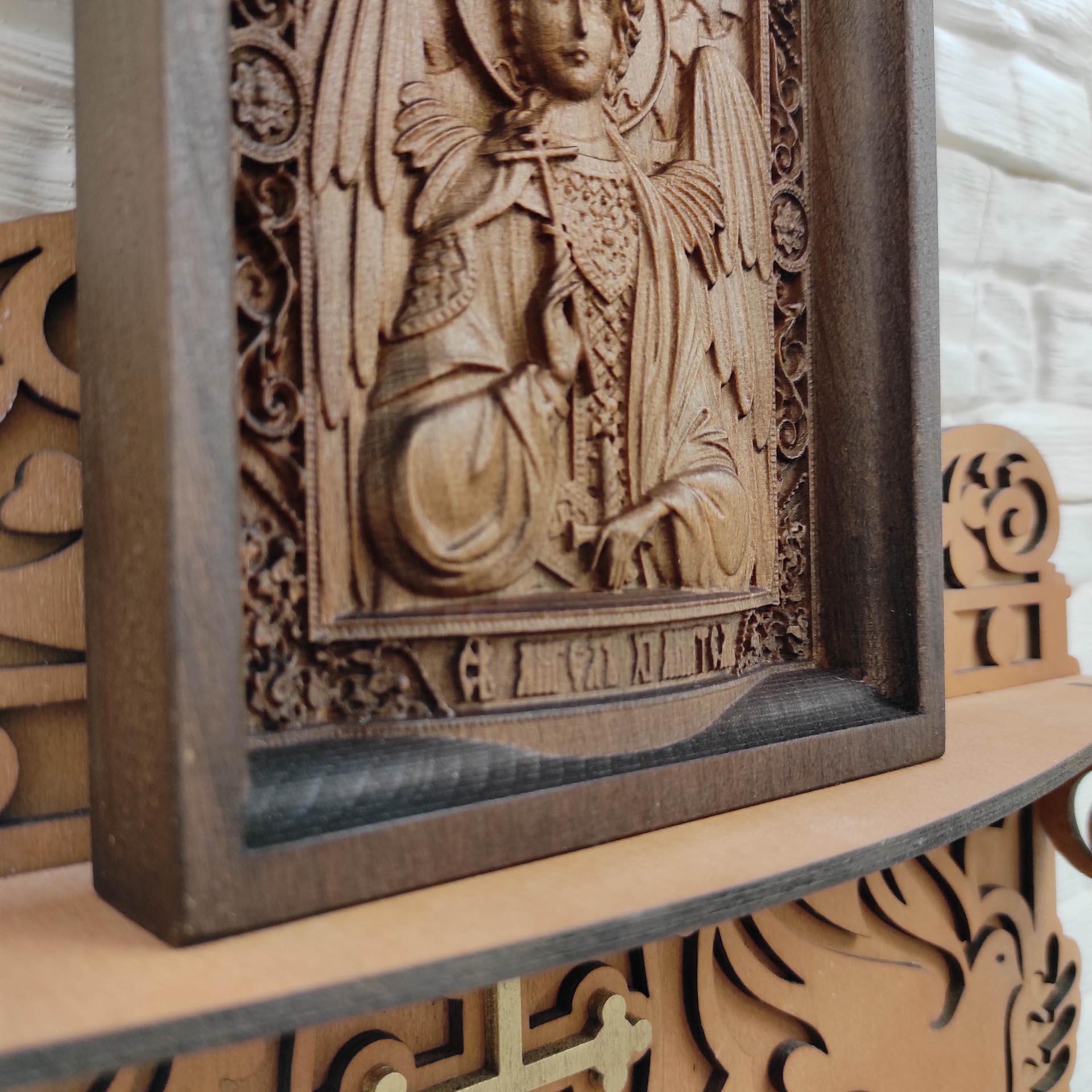 Изображение низа маленькой резной иконы святого Ангела Хранителя