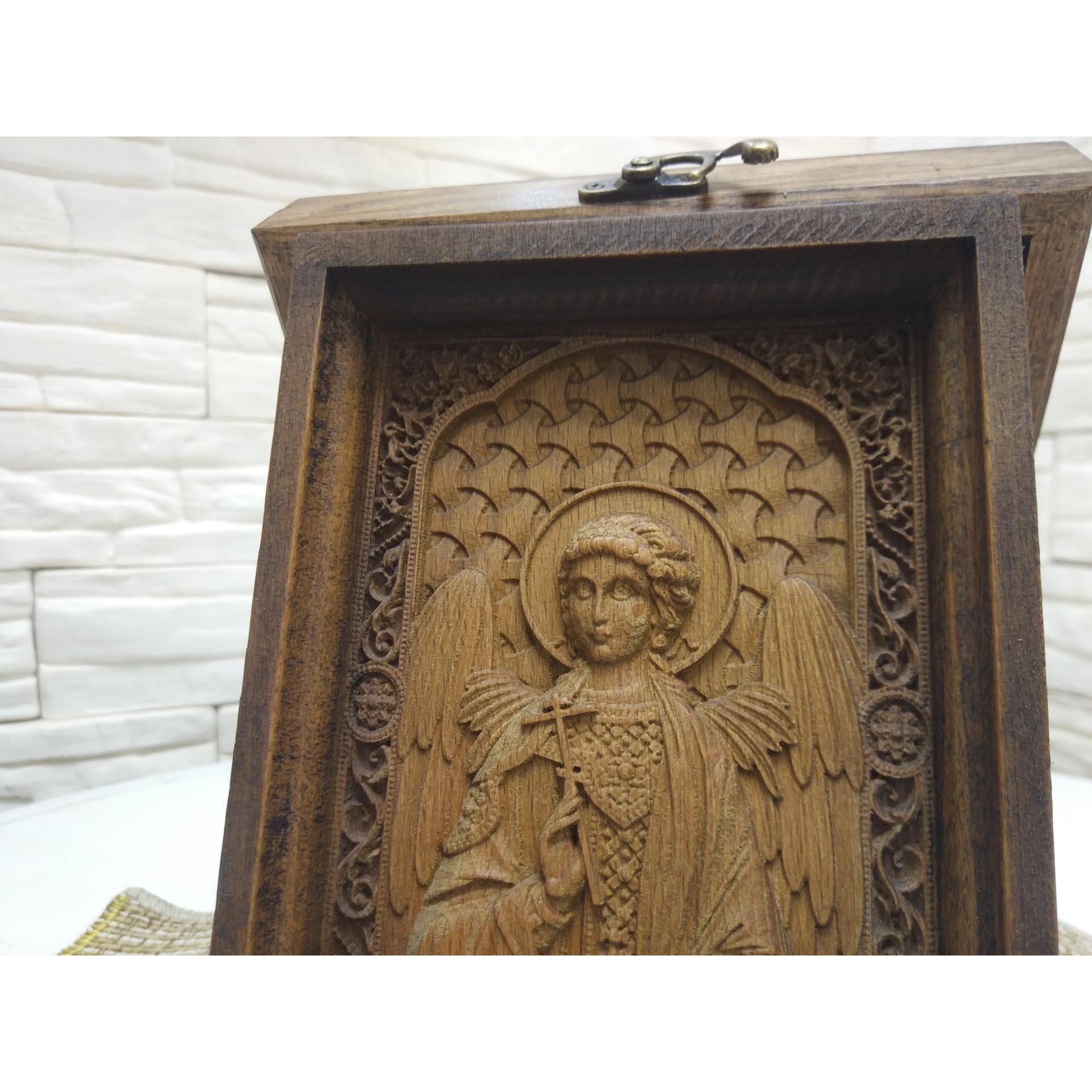 Фото центр маленькой резной иконы святого Ангела Хранителя