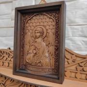 Фото маленькой резной иконы святого Ангела Хранителя