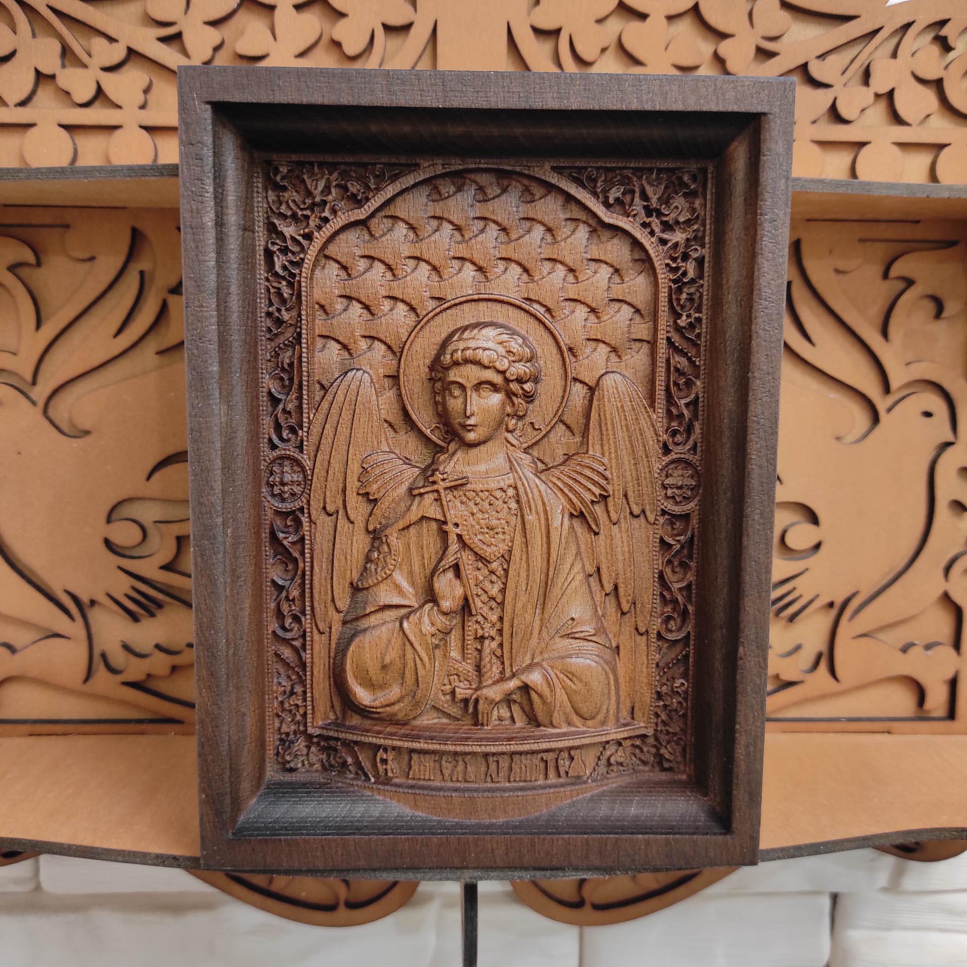 Фотография маленькой резной иконы святого Ангела Хранителя