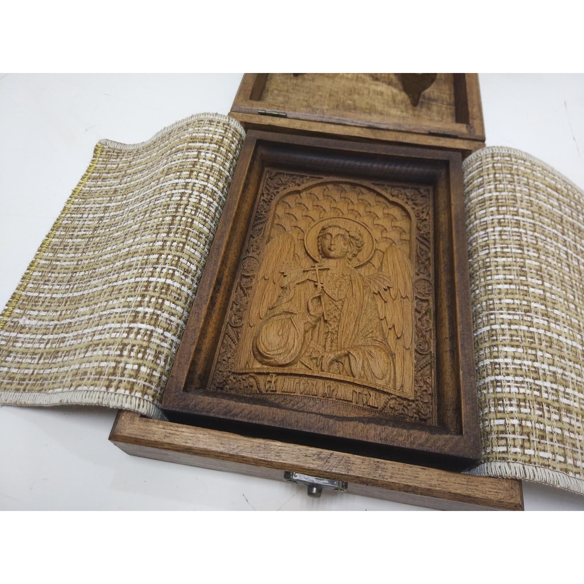 Фото с коробкой маленькой резной иконы святого Ангела Хранителя
