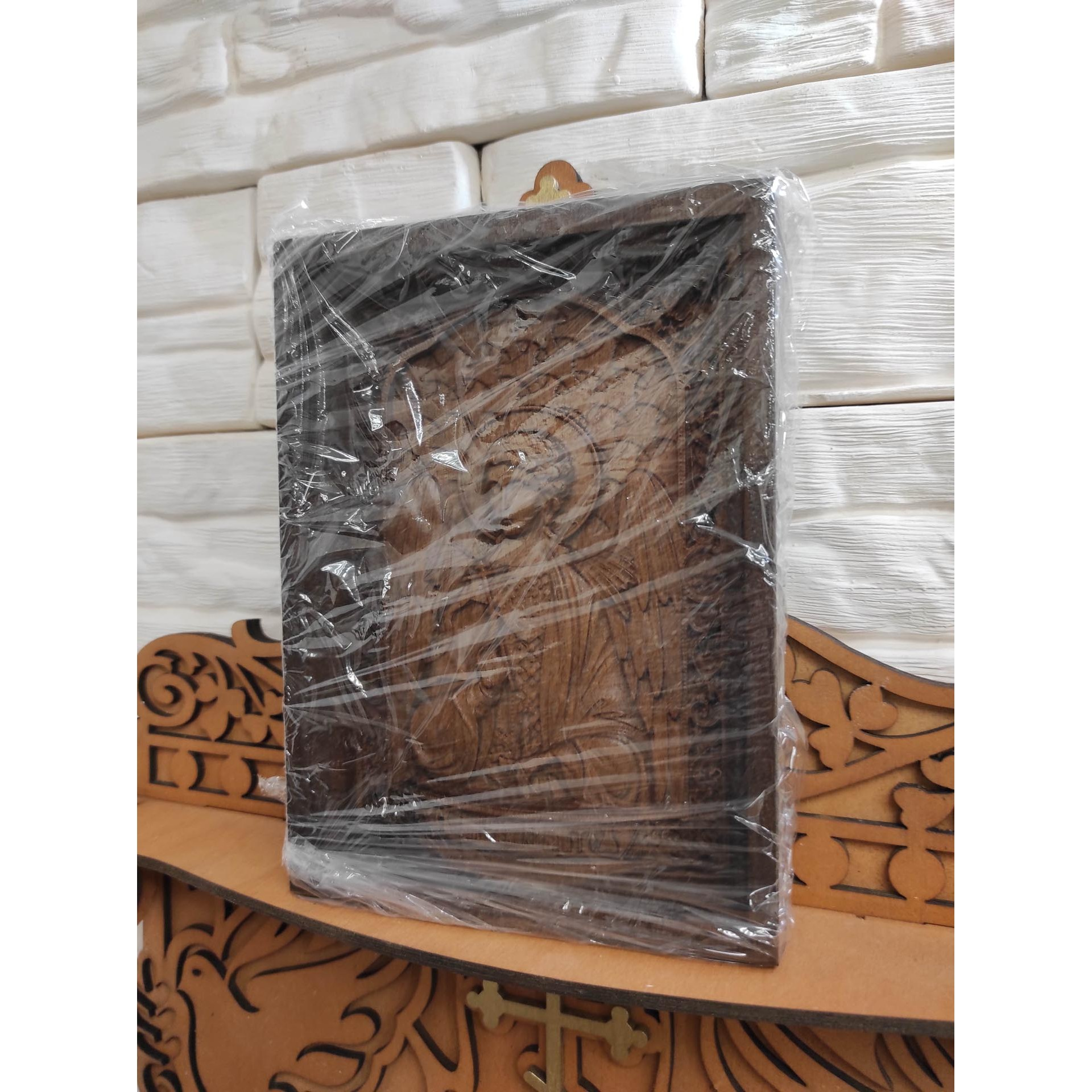 Фото в пленке маленькой резной иконы святого Ангела Хранителя