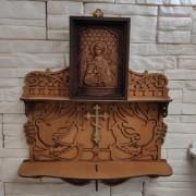 Фотография на полочке маленькой резной иконы святого Ангела Хранителя