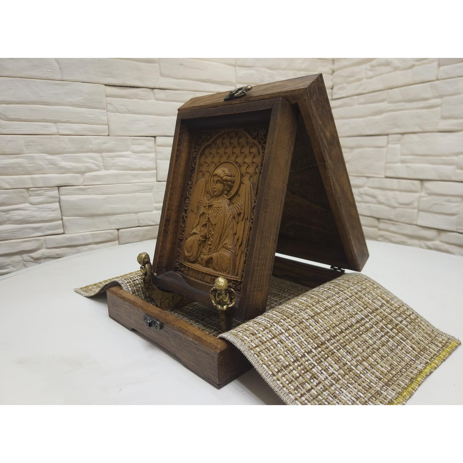 Фото с коробкой сбоку маленькой резной иконы святого Ангела Хранителя