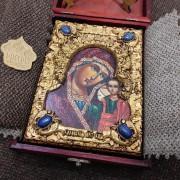 Фотография иконы пресвятой Богородицы Казанская с иглицами уложенной в футляр