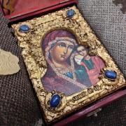 Фото иконы пресвятой Богородицы Казанская с иглицами уложенной в футляр