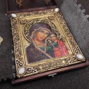"""Фото уложенной в футляре подарочной иконы под старину пресвятой Богородицы """"Казанская"""" с камнями другой ракурс"""
