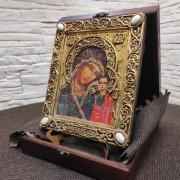 """Фото на подставке в футляре подарочной иконы под старину пресвятой Богородицы """"Казанская"""" с камнями вид справа"""