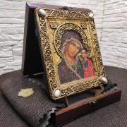 """Фото на подставке в футляре подарочной иконы под старину пресвятой Богородицы """"Казанская"""" с камнями"""