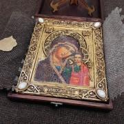 """Фото уложенной в футляре подарочной иконы под старину пресвятой Богородицы """"Казанская"""" с камнями"""