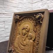 Фото резной иконы богородицы Казанская в футляре верхние камни другой ракурс