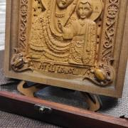 Фото резной иконы богородицы Казанская в футляре нижние камни