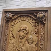 Фото резной иконы богородицы Казанская в футляре верхние камни