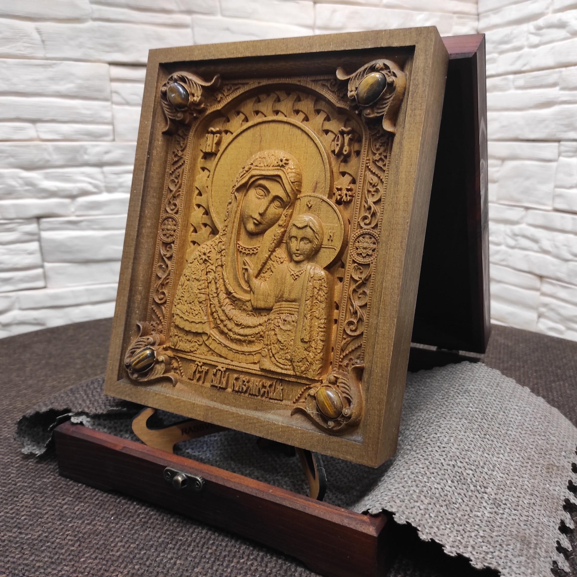 Фото резной иконы богородицы Казанская с камнями в футляре на подставке