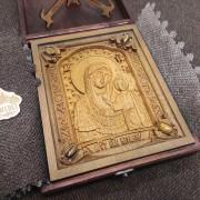 Фото уложенной в футляр резной иконы богородицы Казанская с камнями