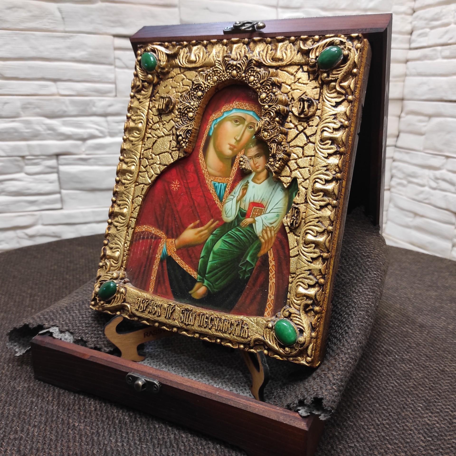 Фотография иконы пресвятой богородицы Песчанская с камнями на подставке в футляре