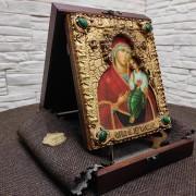 Фотография иконы пресвятой богородицы Песчанская с камнями на подставке в футляре сбоку
