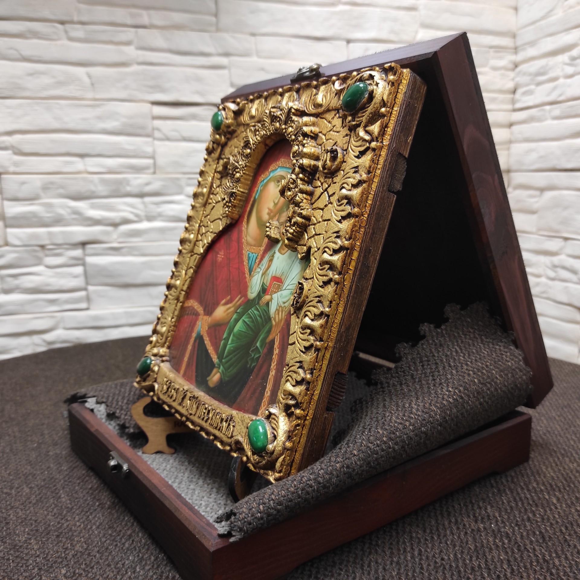 Фотография иконы пресвятой богородицы Песчанская с камнями на подставке в футляре сбоку другой вид