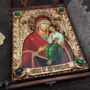 Фотография иконы пресвятой богородицы Песчанская с камнями уложенная в футляр