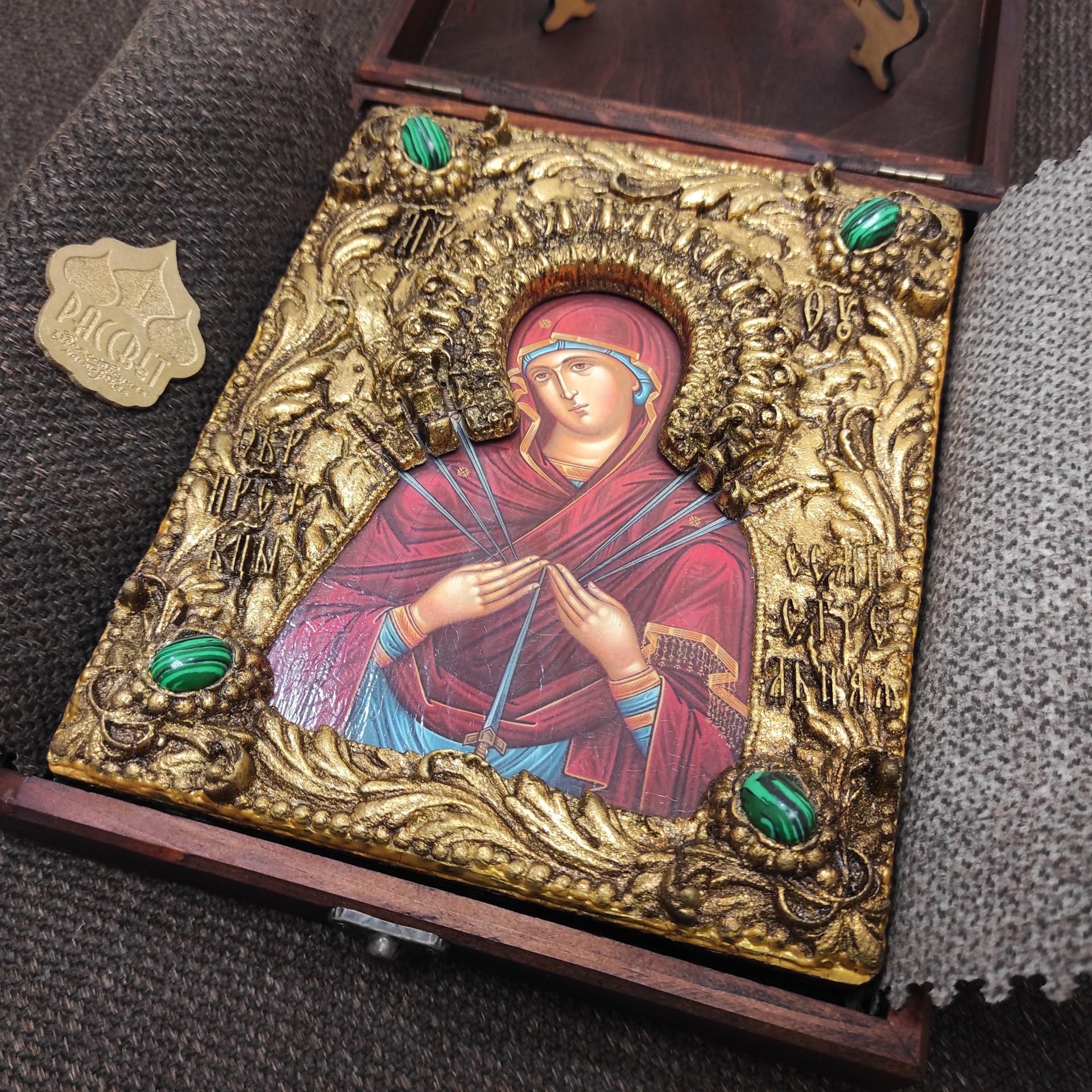 """Фотография уложенной иконы под старину Пресвятой Богородицы """"Семистрельная"""" с зелеными камнями в футляр"""