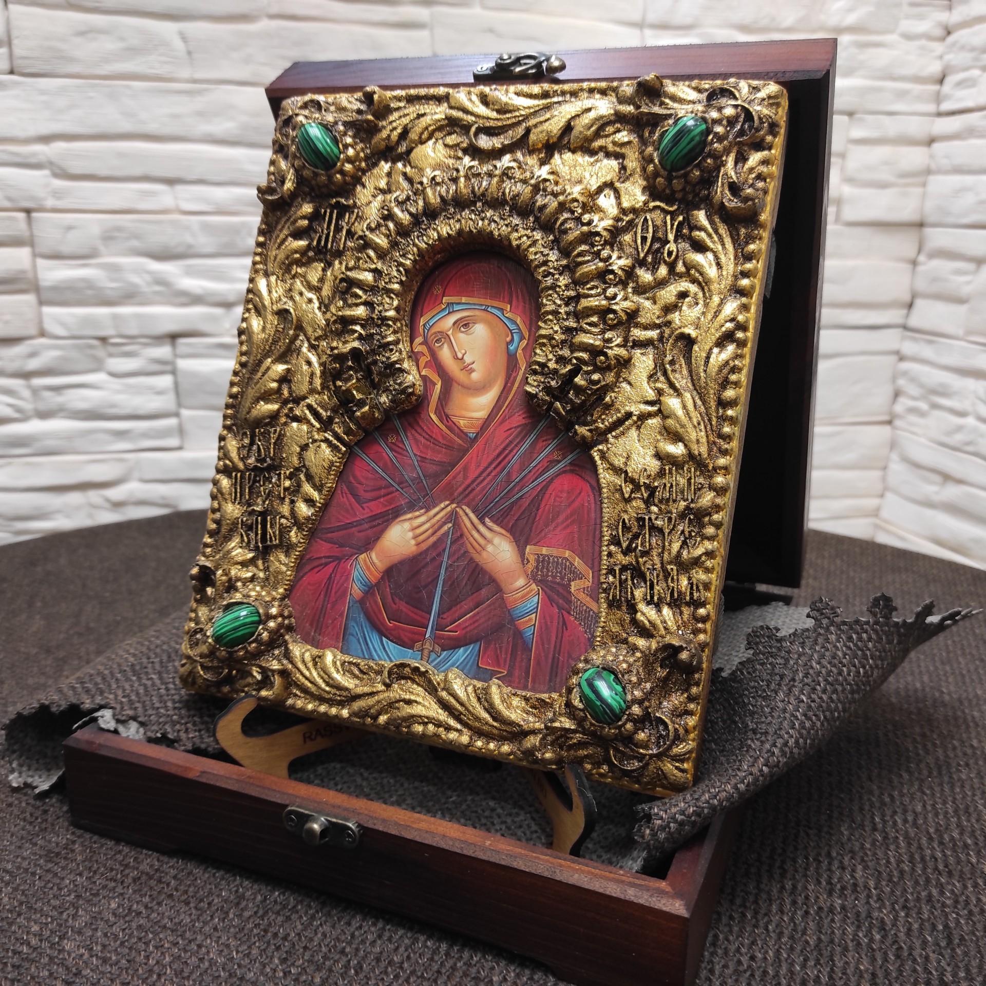 """Фотография на подставке иконы под старину Пресвятой Богородицы """"Семистрельная"""" с зелеными камнями в футляре сбоку"""