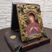 """Фотография на подставке иконы под старину Пресвятой Богородицы """"Семистрельная"""" с зелеными камнями в футляре"""