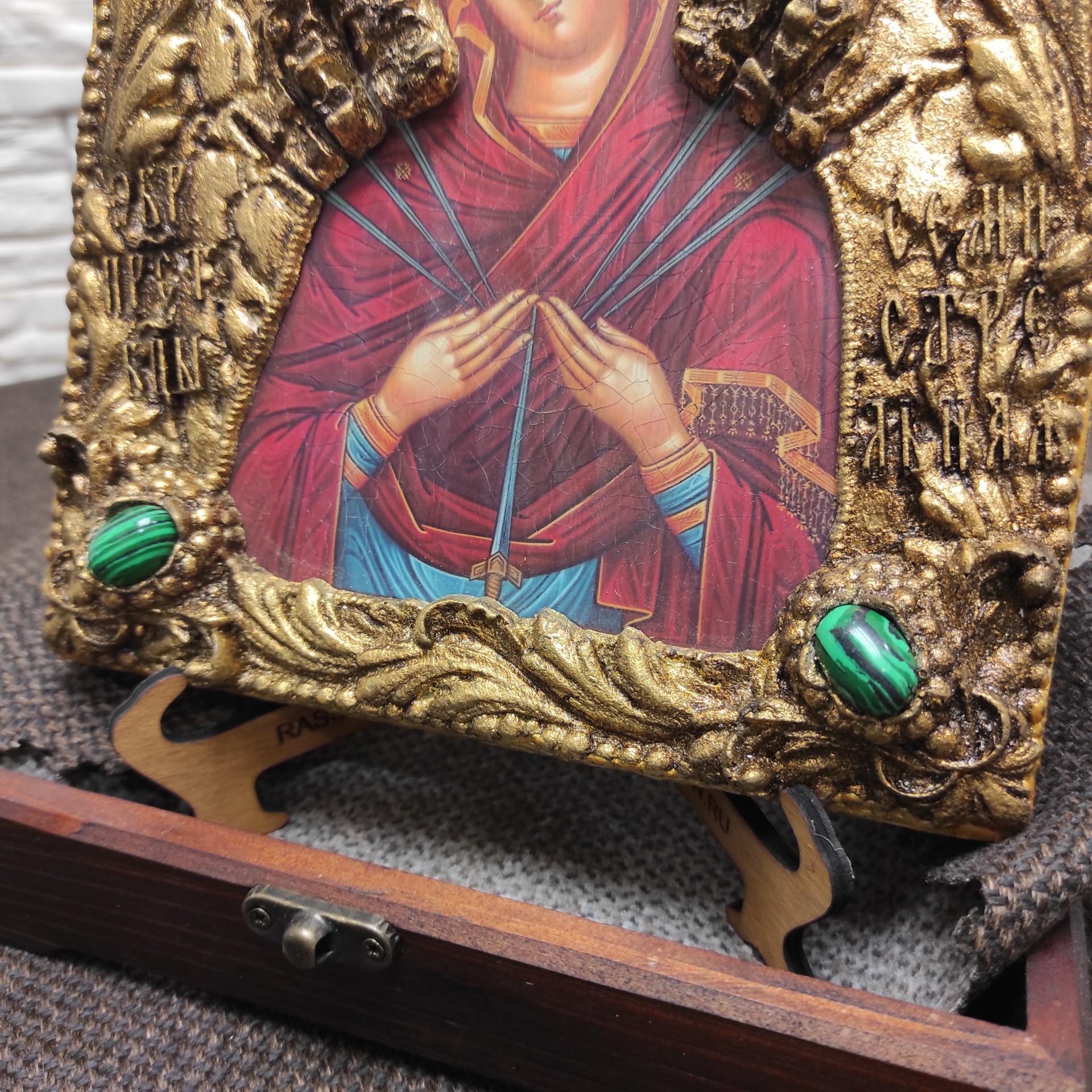 """Фото нижних камней иконы под старину Пресвятой Богородицы """"Семистрельная"""" с зелеными камнями"""