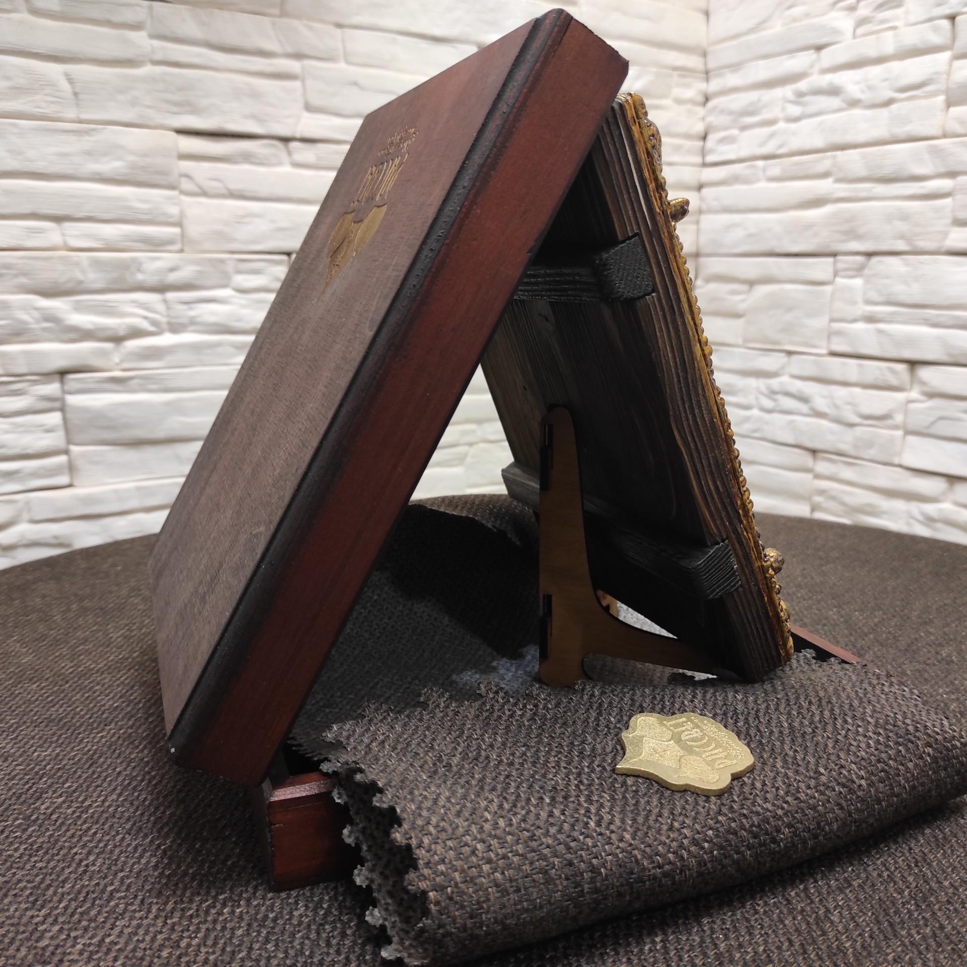 """Фотография коробки иконы Пресвятой Богородицы """"Семистрельная"""" с красными камнями"""