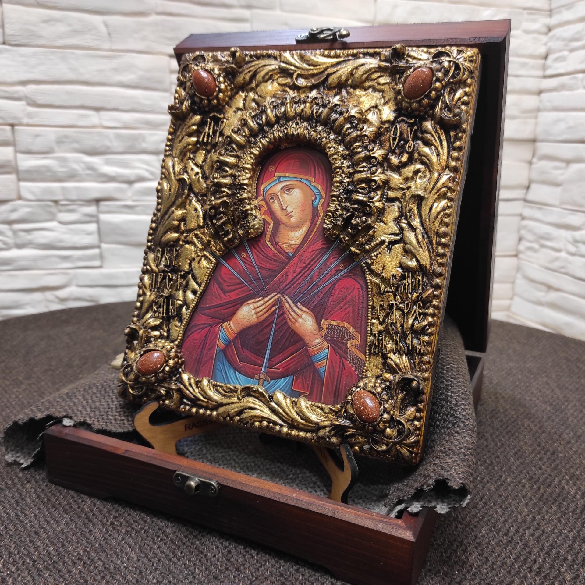 """Фото общее в футляре вид сбоку, иконы Пресвятой Богородицы """"Семистрельная"""" с красными камнями"""