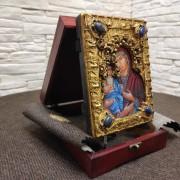 """Фото сбоку в футляре на подставке, подарочной иконы пресвятой Богородицы """"Троеручица"""" с иглицами, камнями"""