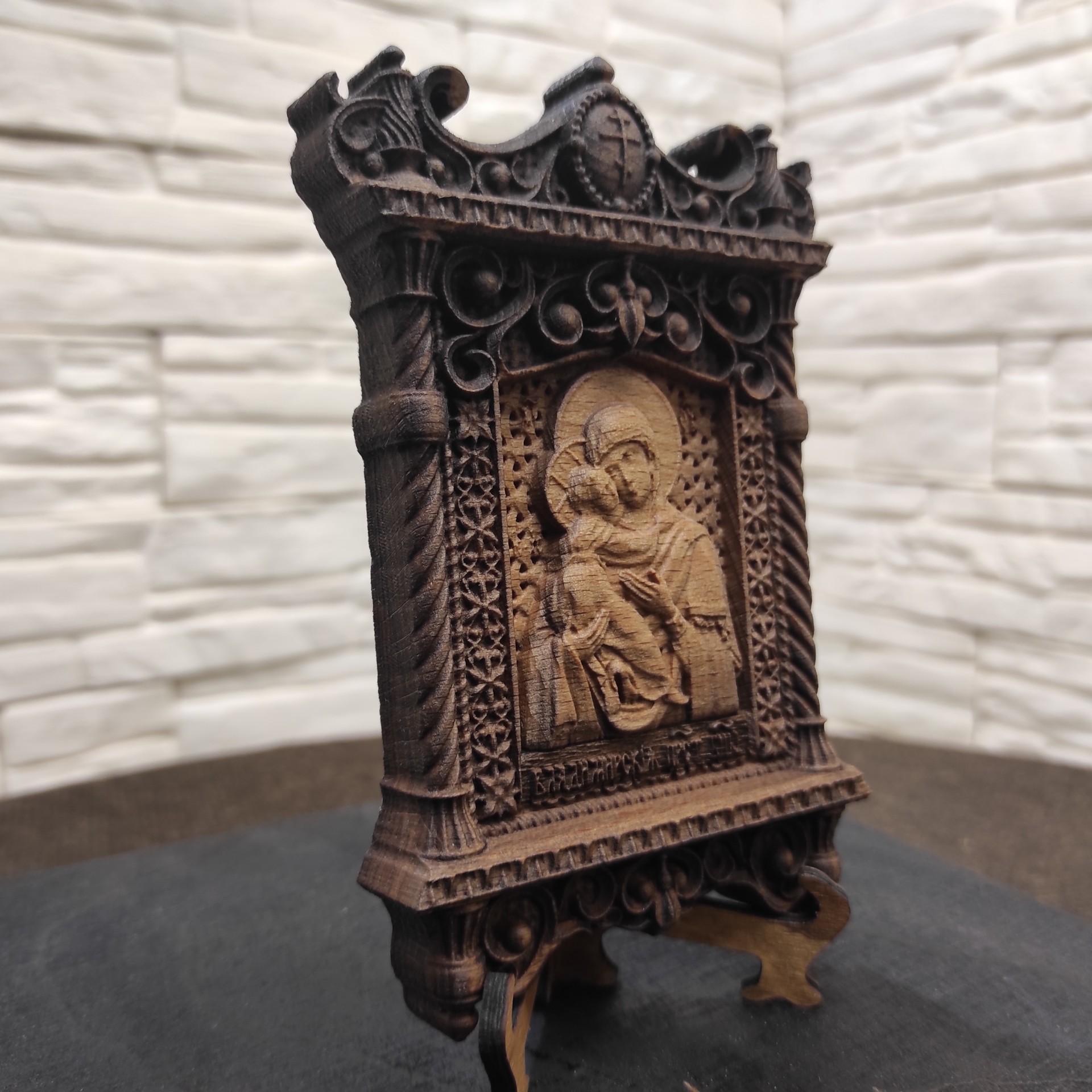 Фото маленькой резной иконы пресвятой богородицы Владимирская с другого ракурса