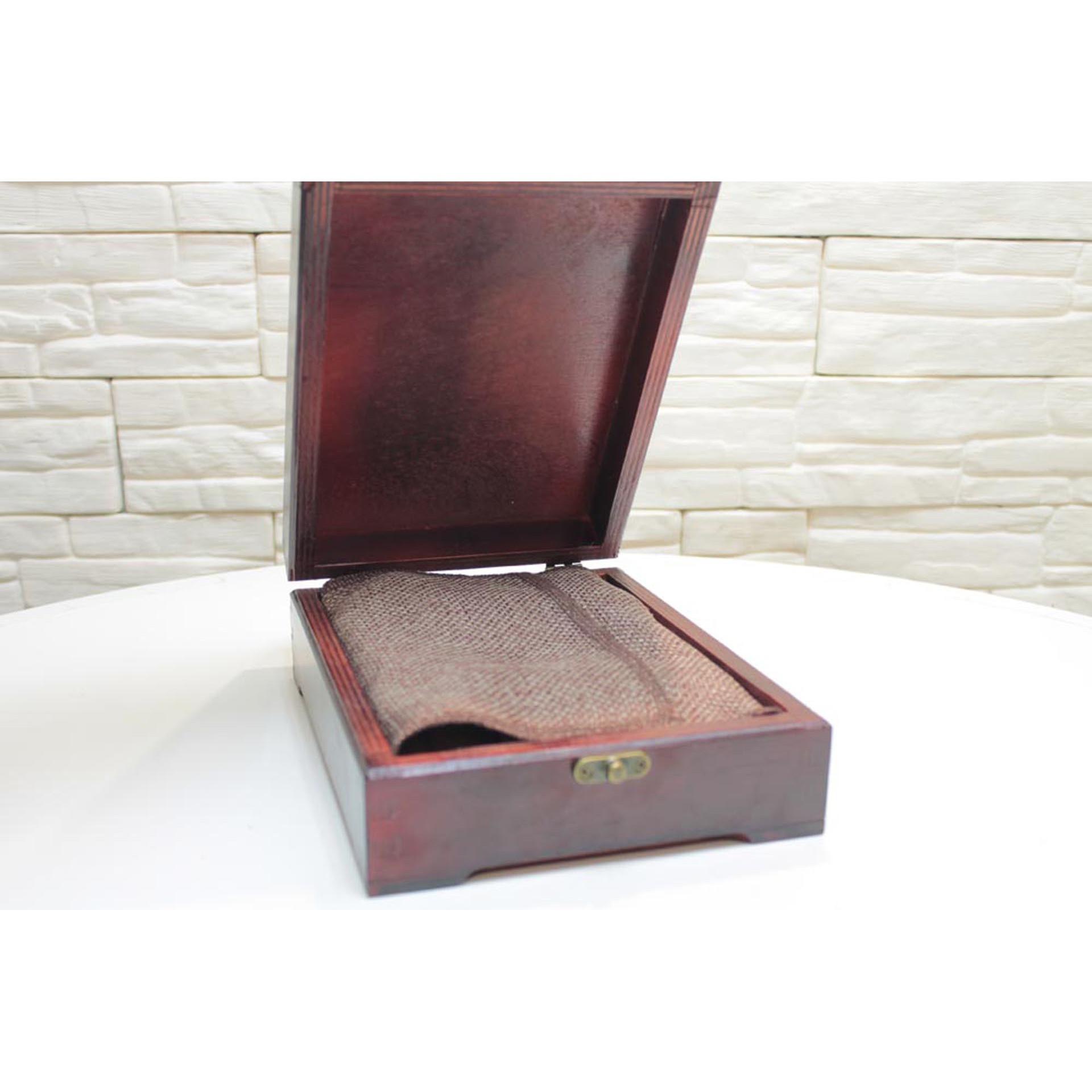 Подарочный футляр для иконы размером 14-19 см с подставкой и покровом