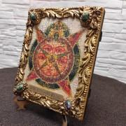 Фото общий вид справа иконы под старину Всевидящее око с иглицами и камнями без футляра сбоку