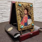 Фото с подставкой в футляре подарочной иконы Господа Вседержителя с иглицами, камнями бирюза другой вид