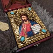 Фото подарочной иконы Господа Вседержителя с иглицами, камнями бирюза уложенной в футляр