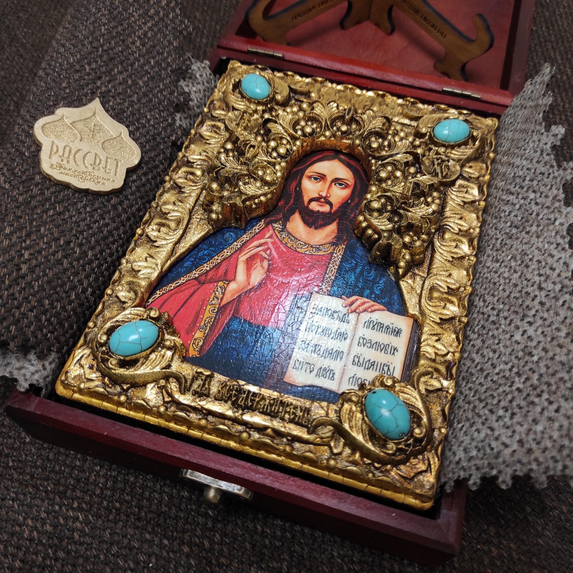 Фото подарочной иконы Господа Вседержителя с иглицами, камнями бирюза уложенной в футляр другой ракурс