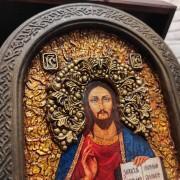 Фото лика иконы Господа Вседержителя в округлой раме с позолотой на подставке в подарочном футляре