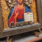 Фото лика низа иконы Господа Вседержителя в округлой раме с позолотой на подставке в подарочном футляре